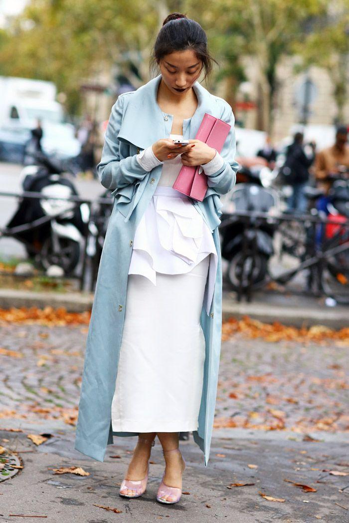 Как и с чем носить голубой плащ (подборка стильных образов)
