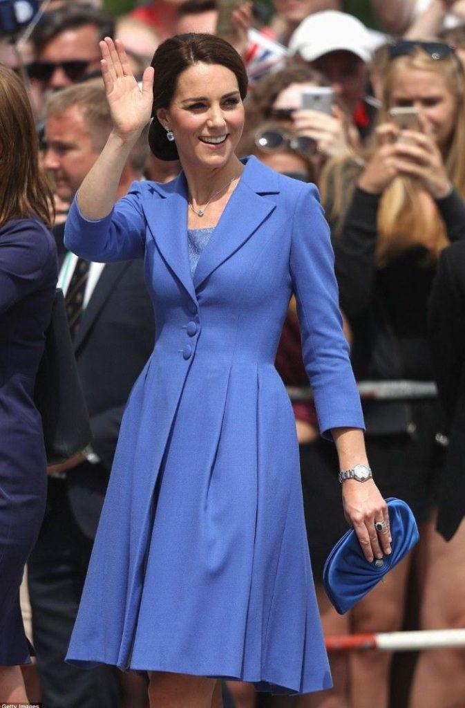 Звездный стиль: Кейт Миддлтон в шикарных синих платьях