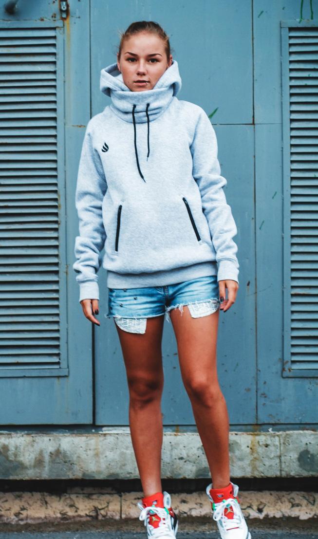 Джинсовые шорты с толстовкой, свитшотом или худи - лучший выбор для прохладного летнего дня!